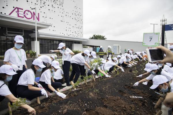 Cán bộ nhân viên TTTM cùng người dân tích cực tham gia trồng cây