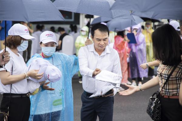 Áo mưa và mũ đươc ban tổ chức phát miễn phí cho tất cả khách tham dự