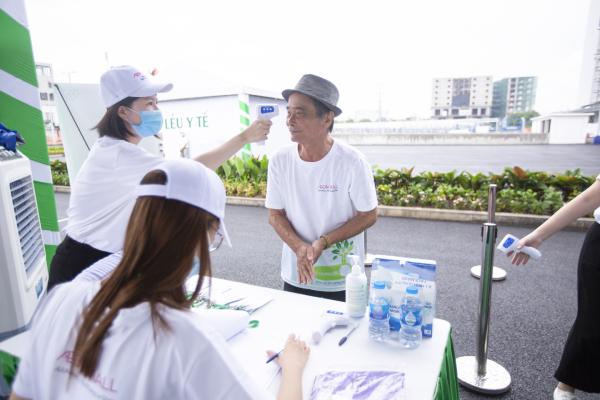 Ban tổ chức thực hiện đo nhiệt độ, trang bị nước rửa tay và phát khẩu trang miễn phí cho tất cả người tham dự