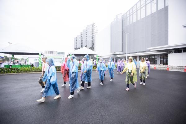 Các em học mặc áo mưa do ban tổ chức chuẩn bị tiến vào sự kiện