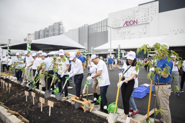 Các khách mời hào hứng tham gia trồng cây tại sự kiện