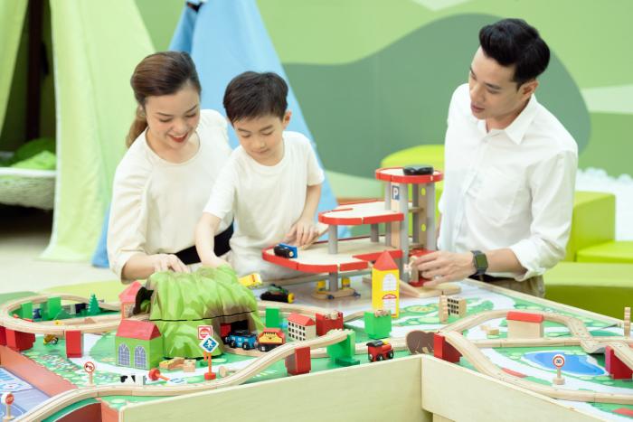 Cả gia đình có thể cùng bé tham gia các trò chơirènluyệnsứckhỏe,trítuệvàkỹnăngmềmtạiKidzooona